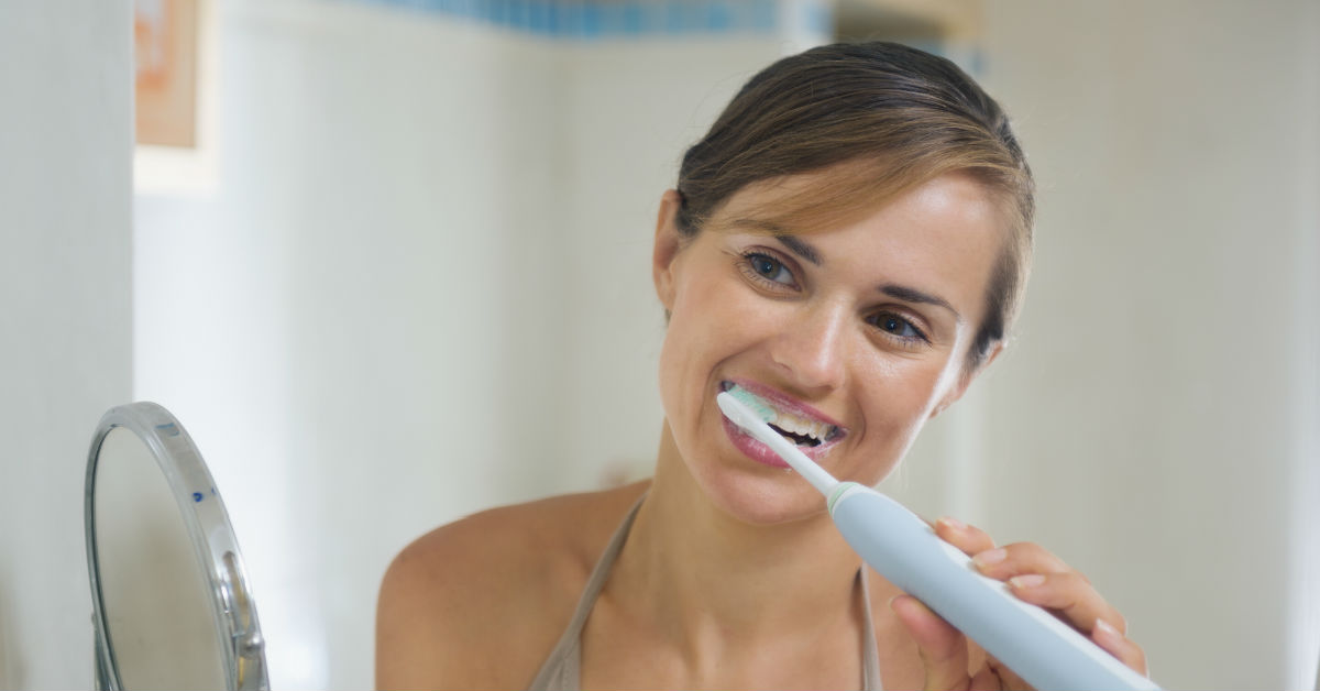 Brush your teeth electric toothbrush.